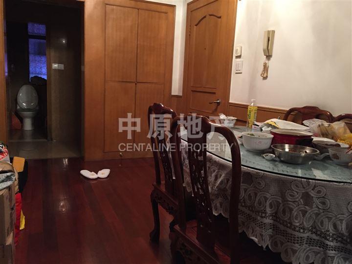 上海中原地产秉承中原集团公开资讯、公平交易、不炒楼、不食差价的传统,服务于我们的客户,致力于为客户提供一、二手房、豪宅、洋房的买卖、租赁一站式服务,成就、置业、居家的梦想。 价格优势 房源卖点:黄金楼层 ,对口闸北实验小学,南北通两房,近1号线。 户型描述 主卧朝南,次卧朝北,厅朝南,厨卫全明,一梯两户,户型方正! 其他亮点 产权信息:产权清晰,满5年,无抵押无贷款,过户方便快捷税费低!